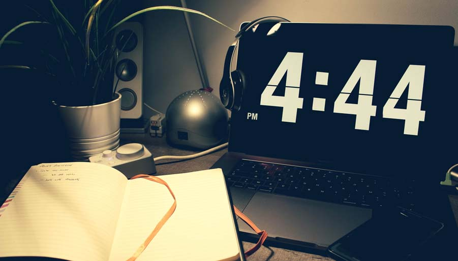 alarm clock displaying 4:44